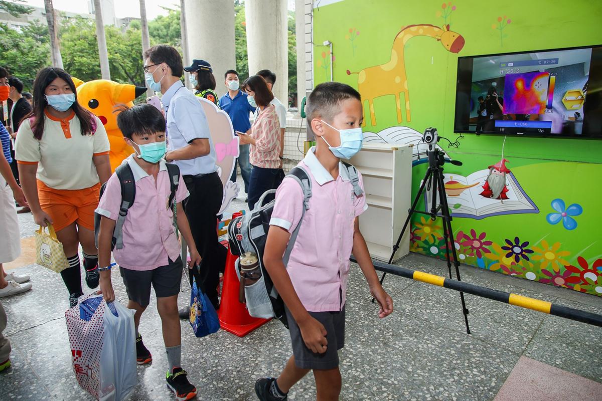 師生數達700人的學校,均使用紅外線熱感應儀,可以更快速有效的量測體溫,讓孩子們好好開學。