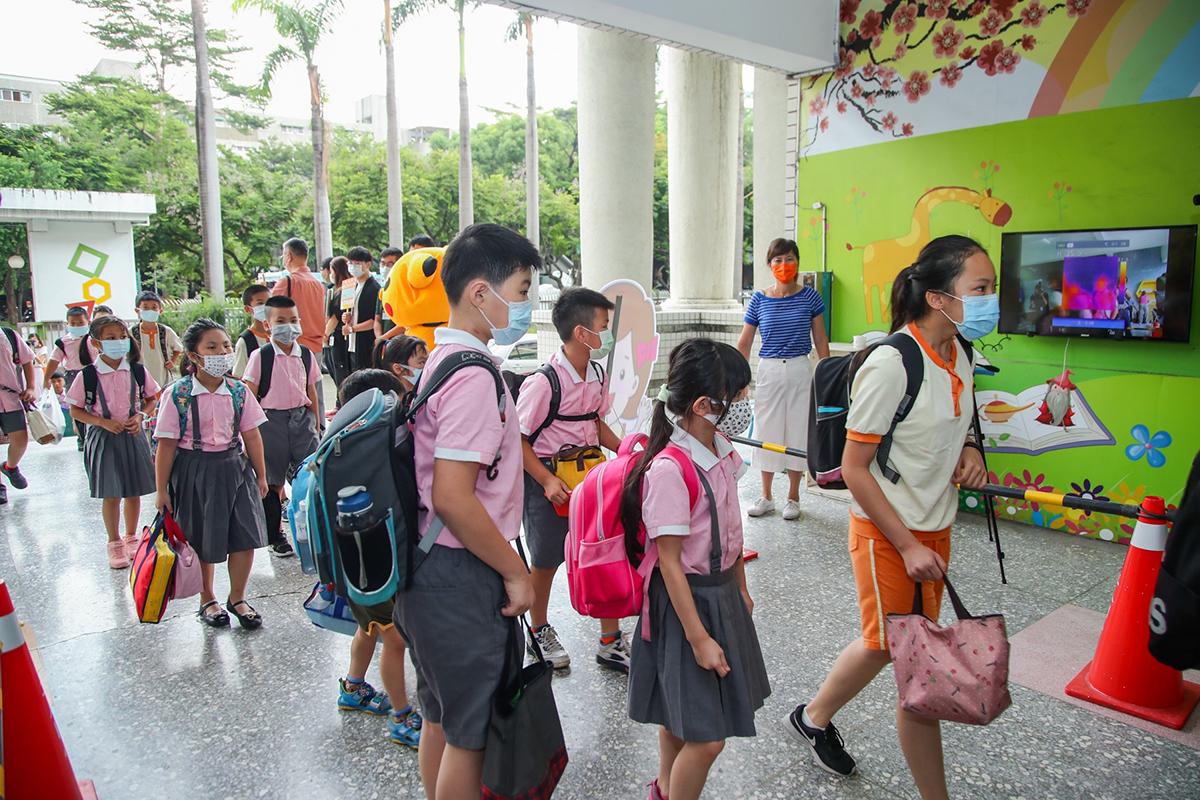 絕大多數學生皆自發性配戴口罩入校