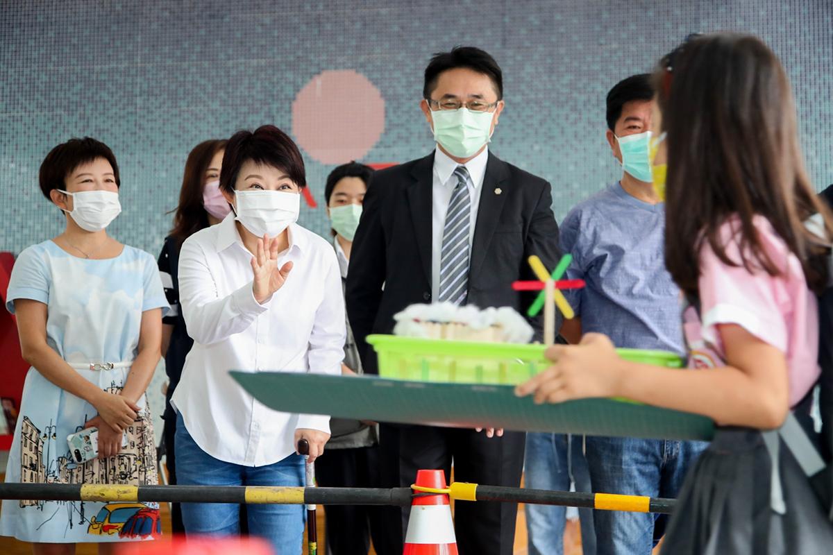 開學日一大早盧秀燕市長為了解學校防疫情形即前往北區立人國小視察各項防疫工作,並親切問候學童與家長