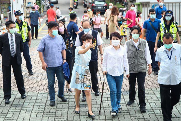 31日台中新學年度開學盧秀燕視察校園防疫情形。