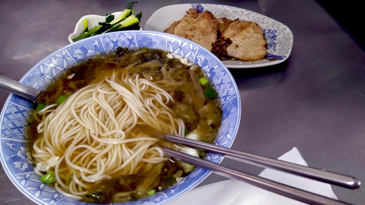 上海未明排骨麵,傳統豬排佐特製辣醬,麵條湯頭獨特風味