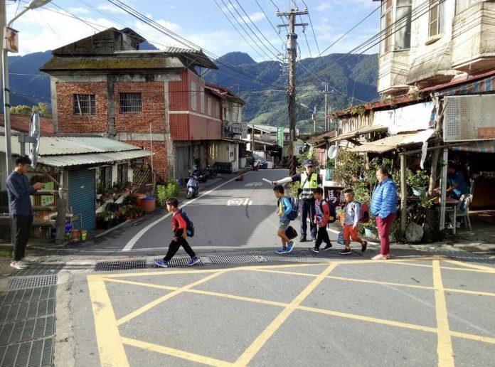 仁愛警分局於校園開學日執行護童專案,視校園安全維護工作。