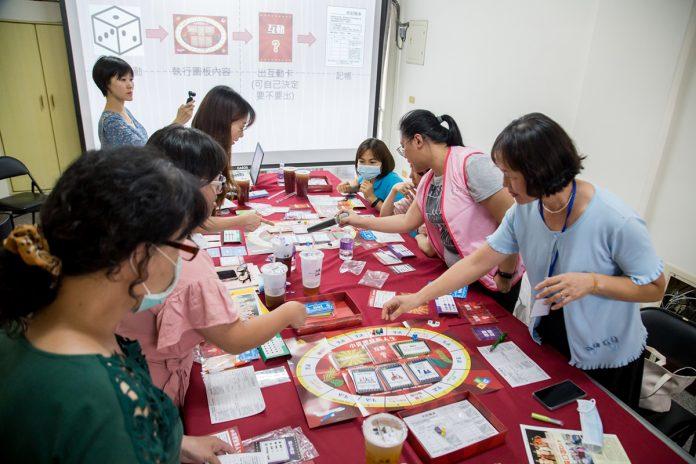 「幸福理財帳本」透過桌遊、團體互動讓新移民提升理財知能。