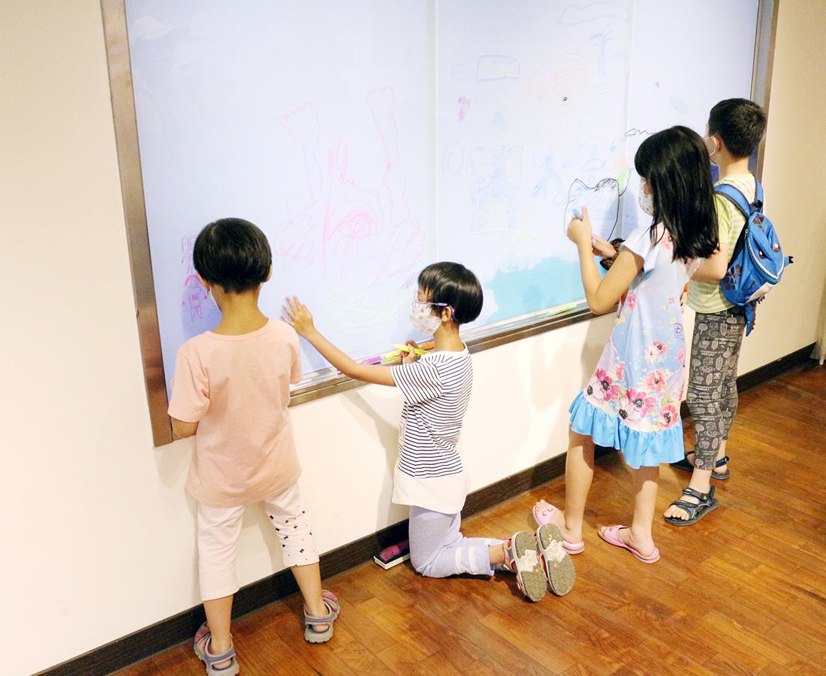 繪畫創作區提供水性筆在玻璃面上進行自由創作