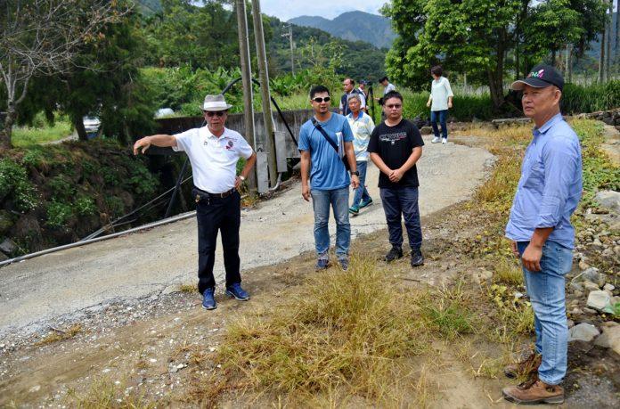 林明溱踩著掏空破損的路面籌300萬元改善水里上安及信義羅娜11處待修農水路