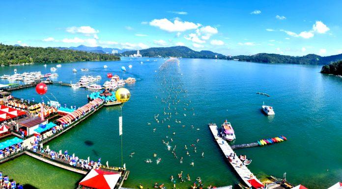 防疫由鬆變緊,日月潭泳渡,辦還是不辦,一度陷入兩難,週邊飯店、民宿已經預定額滿。二萬多名泳客躍躍欲試,對防疫來說面臨考驗。