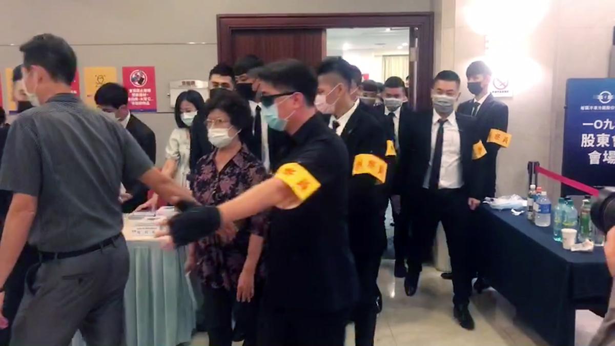 副總裁楊吳奈美更是被黑衣人團團圍住保護進出