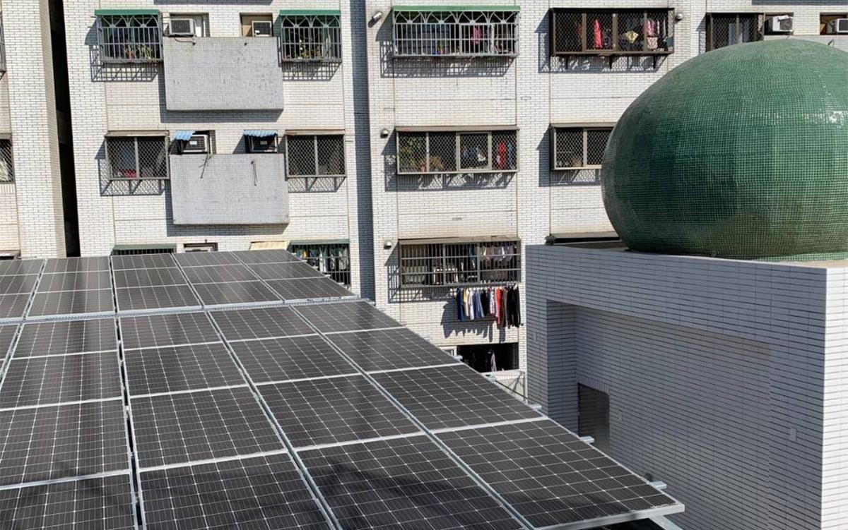 台中清真寺整修在屋頂裝置了太陽能板發電系統,為綠能環保愛地球盡心カ,成為中部少見的綠能宗教場所。