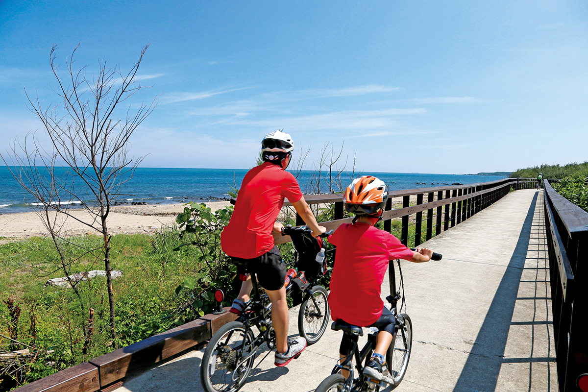 騎乘自行車穿梭於北觀處雙灣自行車道、灣塔自行車道、萬金自行車道享受北海岸海濱風光