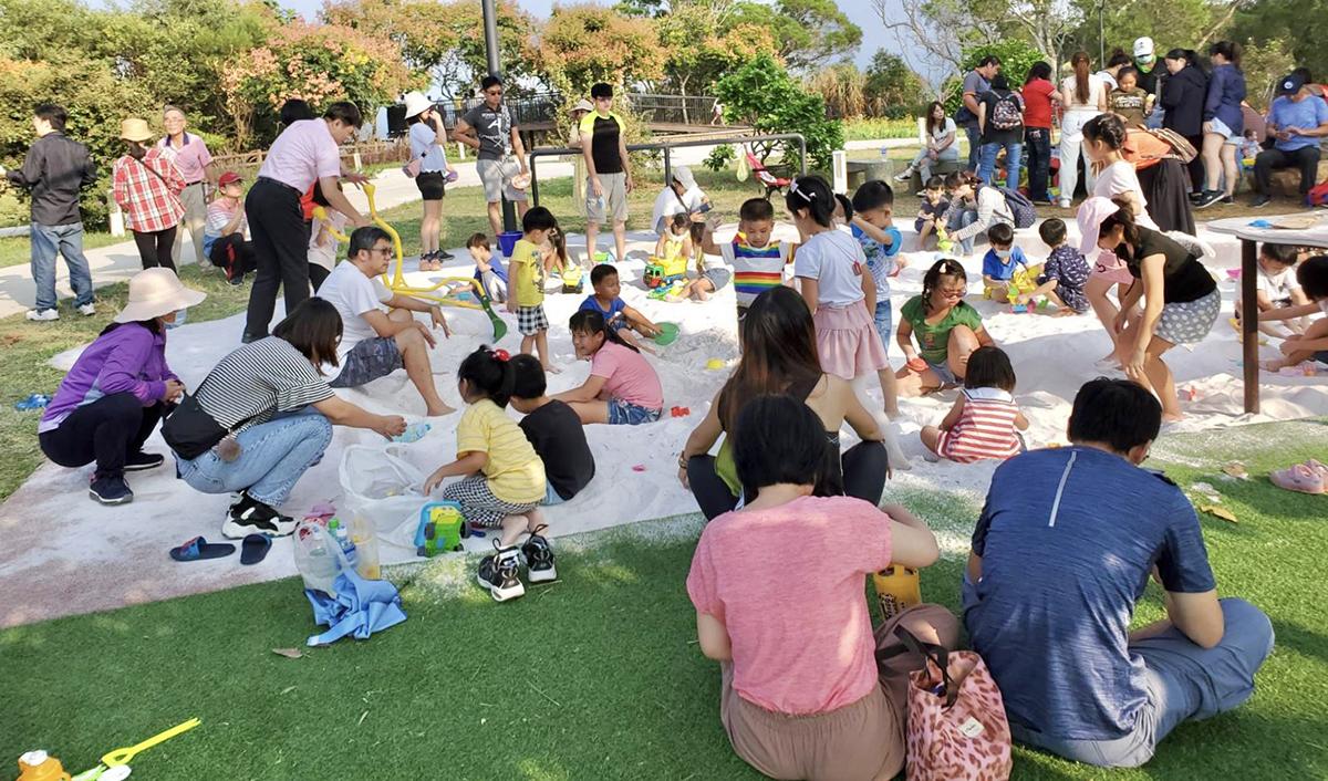 大甲鐵砧山雕塑公園,無障礙設施沙坑沙桌及挖沙器具-民眾開心玩