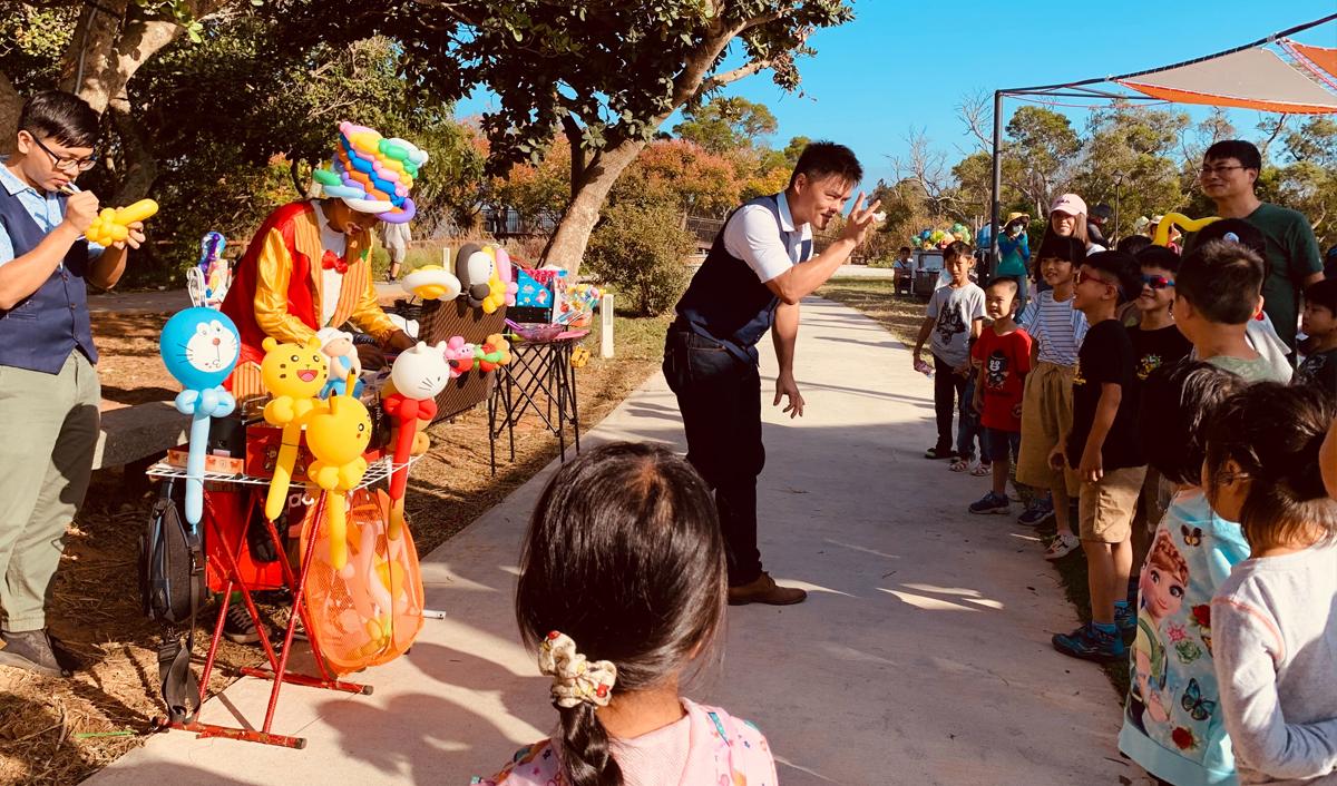 大甲鐵砧山雕塑公園,魔術表驗與小孩開心互動
