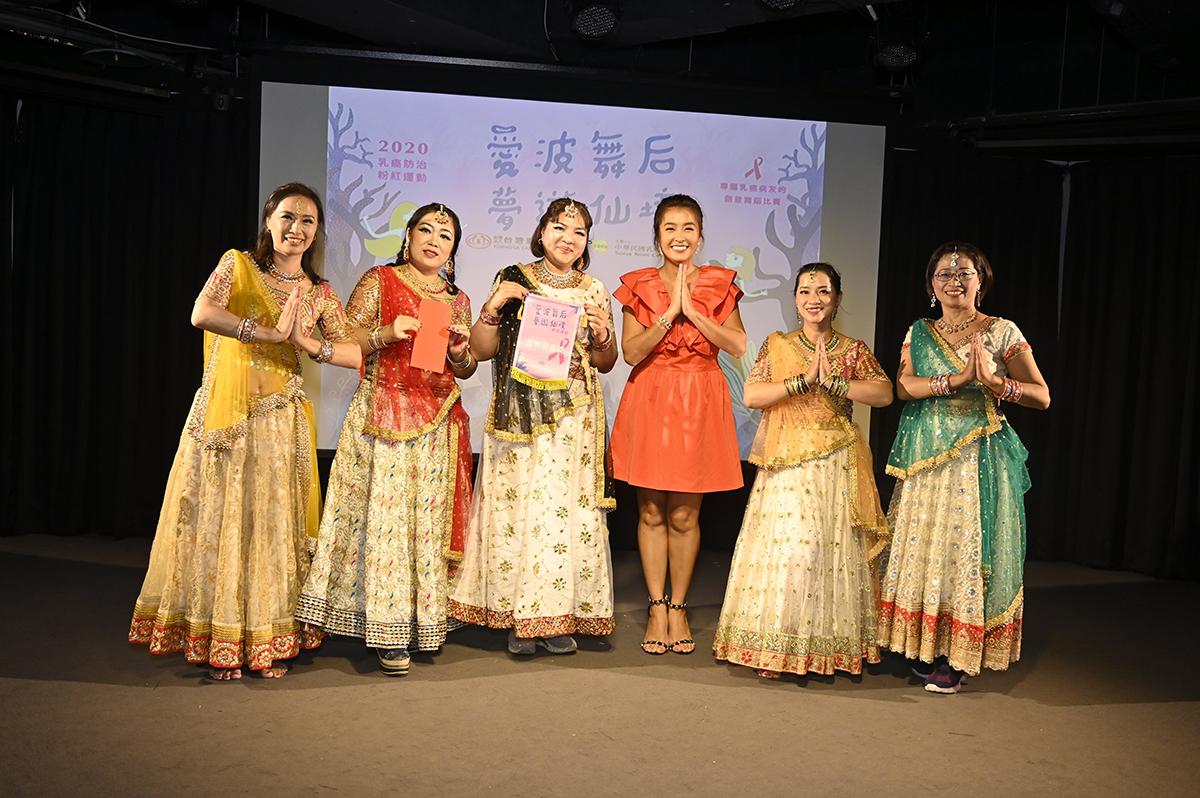 評審小嫻頒發「金有創意獎」給慈姝印度寶來塢舞團「繽紛的世界」。