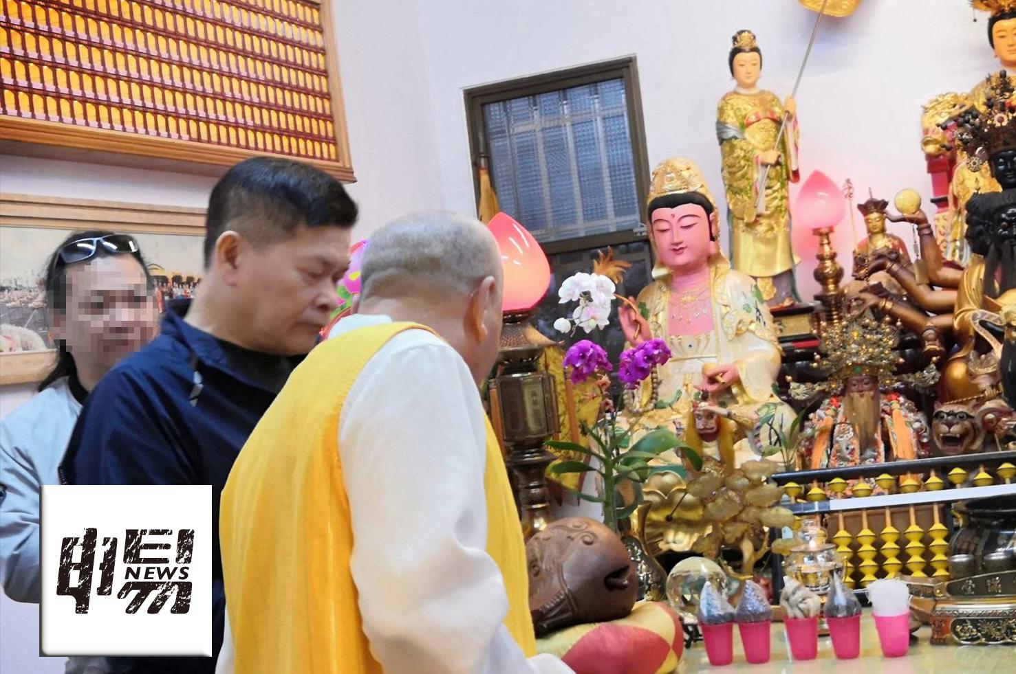 澎恰恰在友人的陪伴下出現在台中東勢,一家剛開放祭拜的財神廟,在廟方的安排下行禮如儀