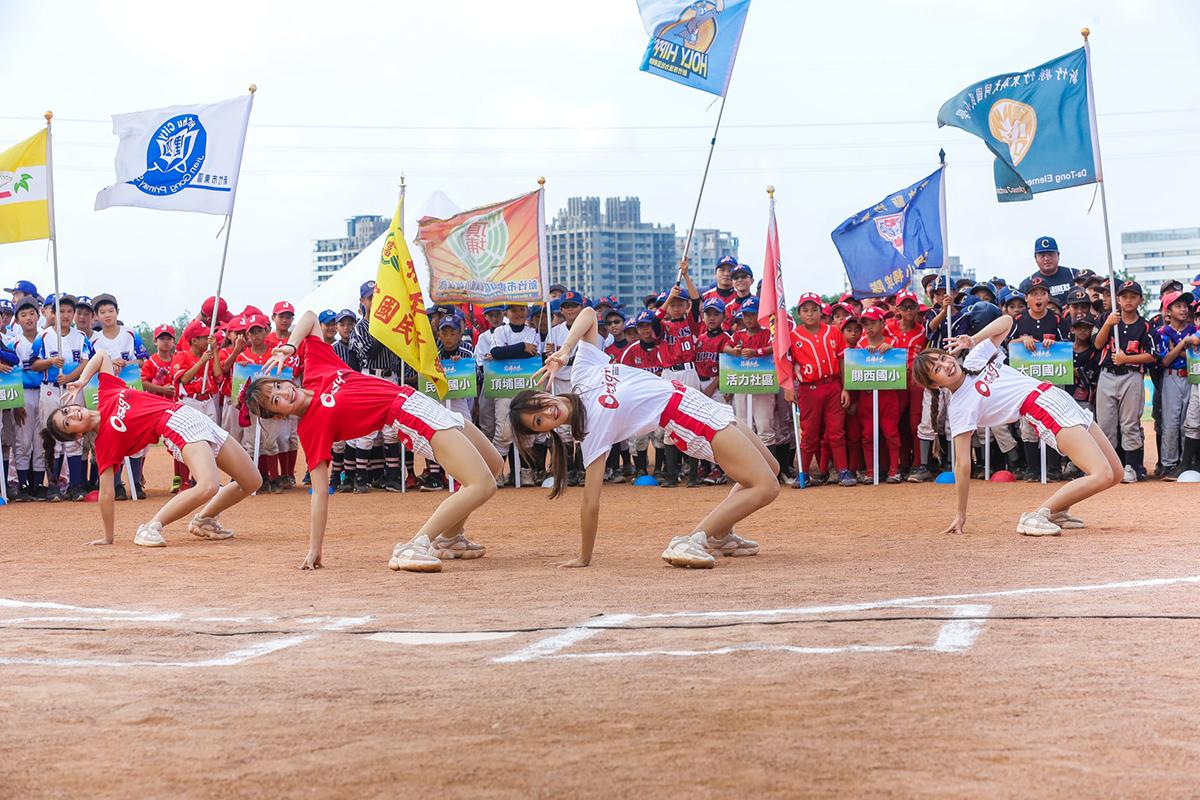 9日下午的開幕活動中,由味全龍隊啦啦隊「小龍女」熱舞開場