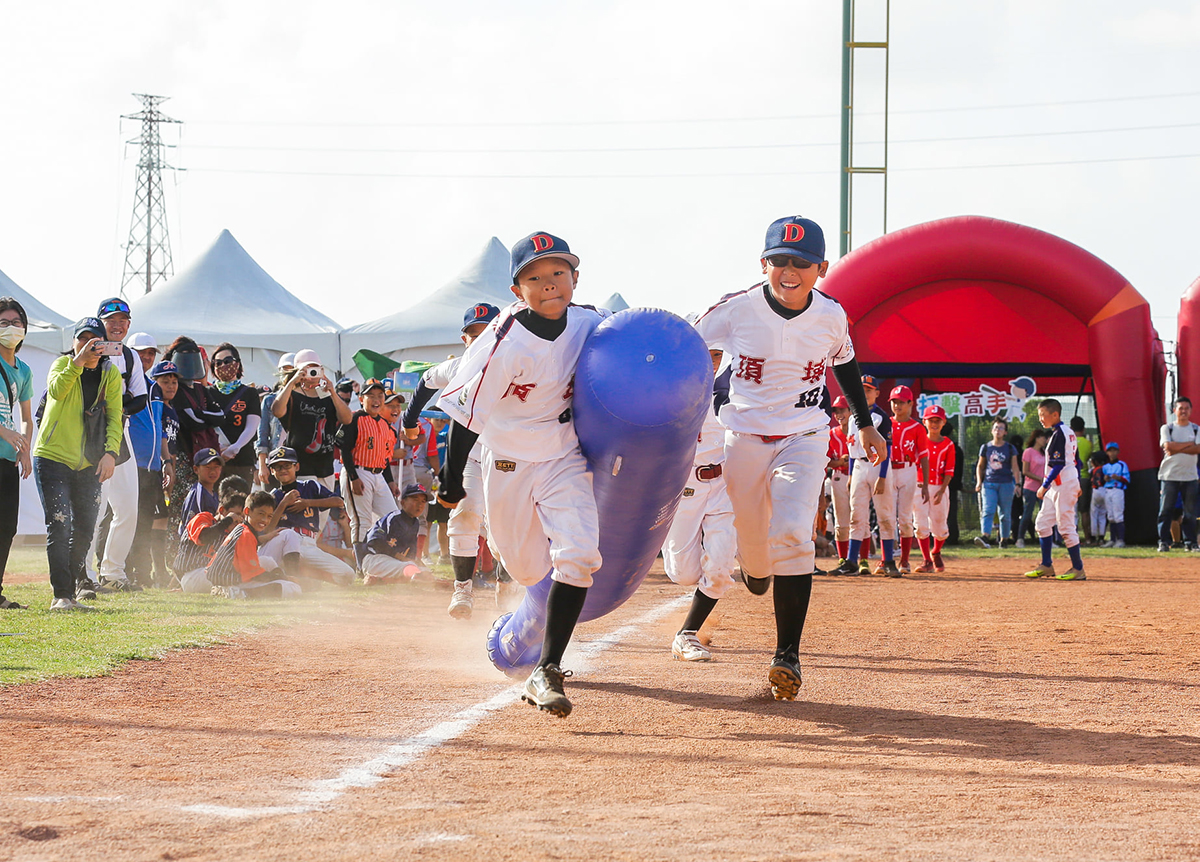 味全龍隊選手們與少棒球員們玩跑壘大賽,透過「接力」動作,象徵棒球世代的傳承。