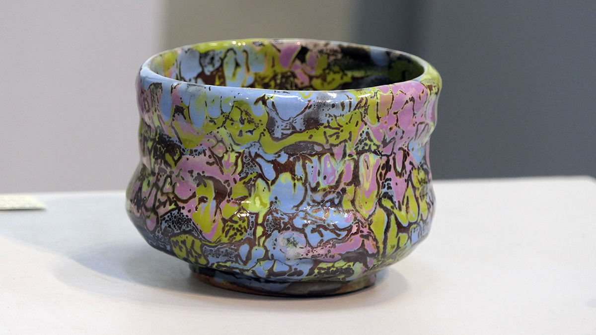 謝嘉亨的陶藝特色,釉彩像魔法般點土成金,瑰麗色澤在不同角度光源下變幻