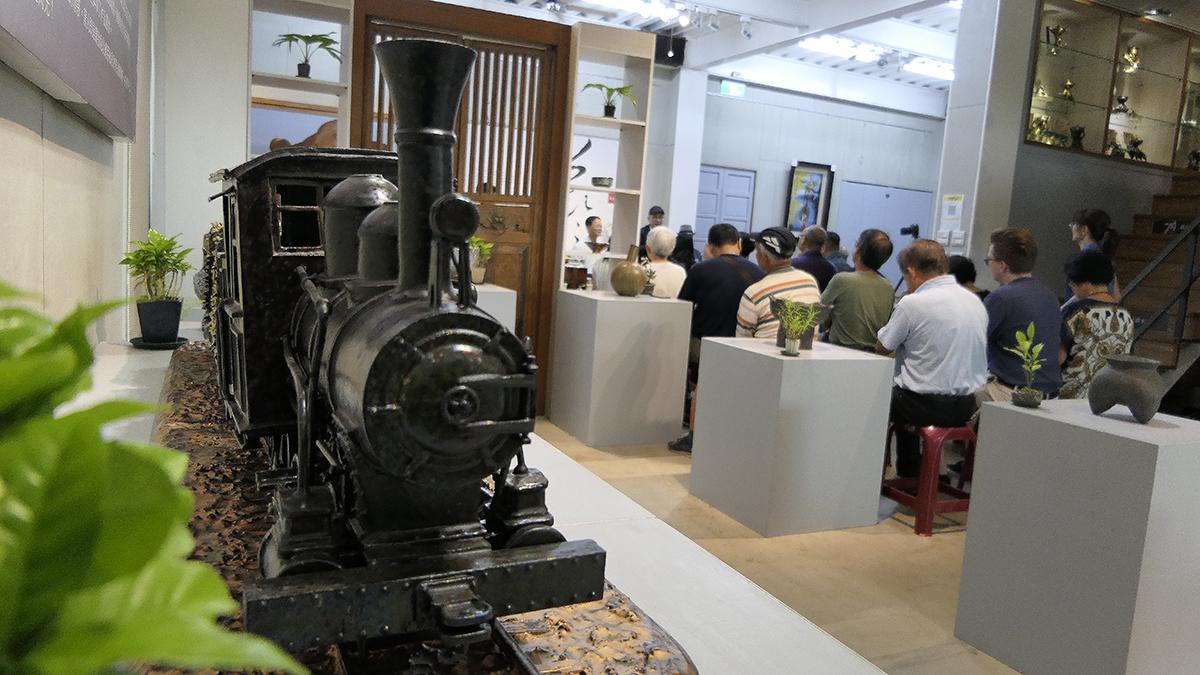 謝嘉亨的陶瓷蒸汽火車作品鮮活閃亮,展現時尚感和現代感的耀眼新貌,是工藝與史料的創新結合,兼具現代美學與精密工藝。