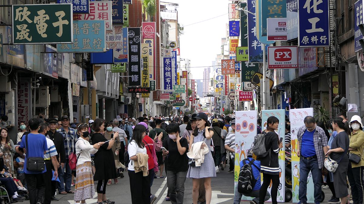 第二屆「鈴蘭通散步納涼會」,變裝踩街搭配文創市集,重現舊城區商業與人文鼎盛的昔日風華。