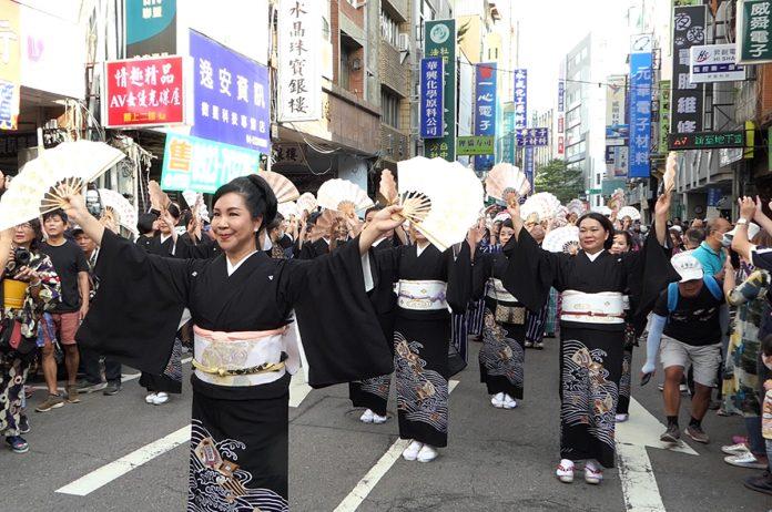 西川淑敏日本舞踊知家前導的隊形穿著西川流家紋黑留袖,表演踩街舞。
