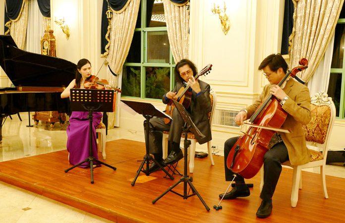 愛樂四人行是由大提琴家呂超倫﹙團長﹚、小提琴家王康恬、古典吉他演奏家劉士堉及鋼琴演奏家鄭仁萱4位優秀的年輕音樂家組