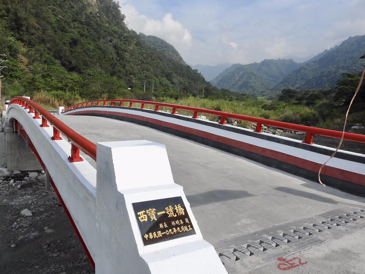 橋面護欄彩繪賽德克傳統圖騰大大變美了,而且沒有橋墩也更堅固,未來更不怕颱風溪洪暴漲的威脅。