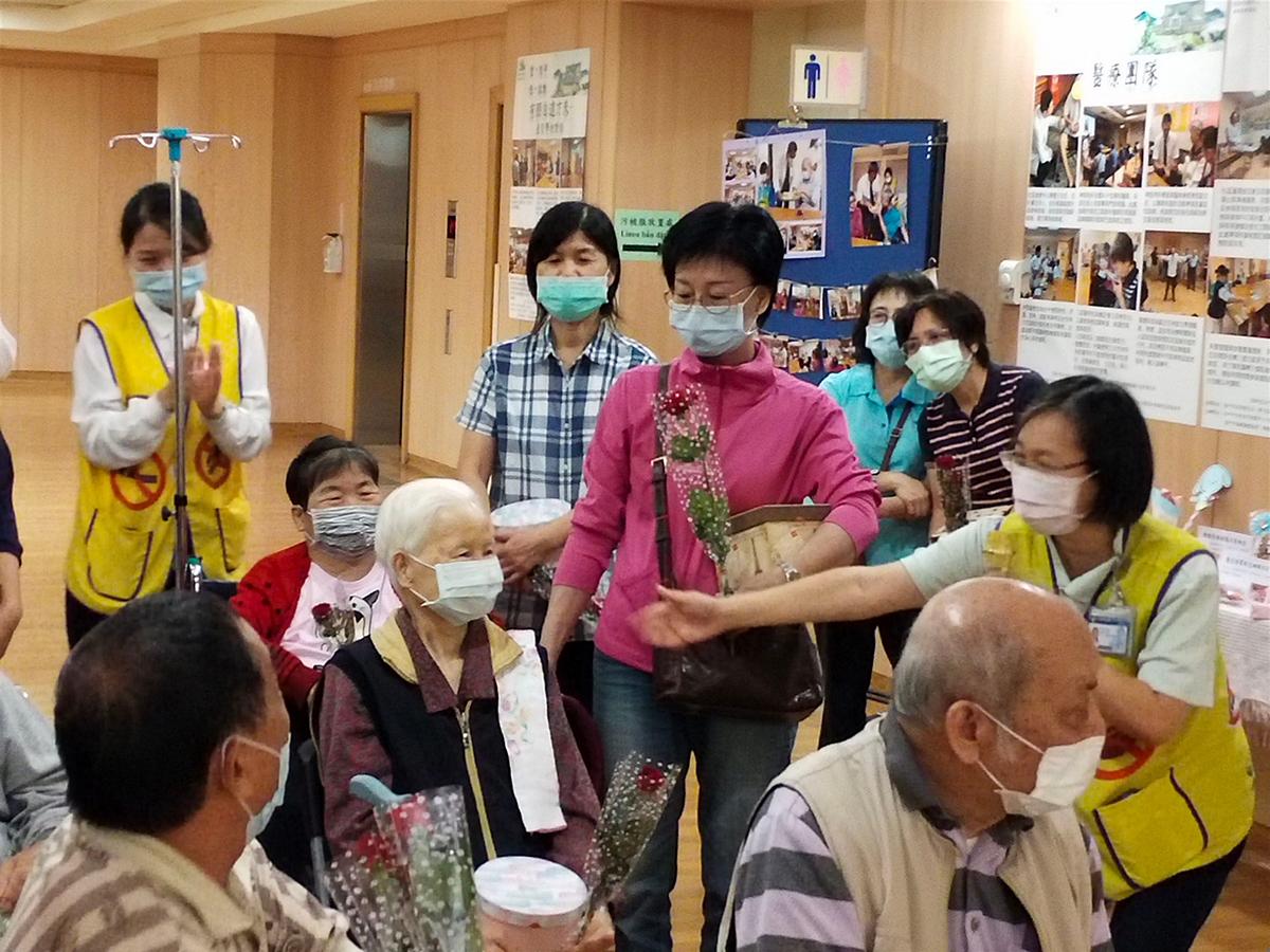 社區健康中心行政主任賴怡伶(右一著背心)介紹長輩如數家珍。