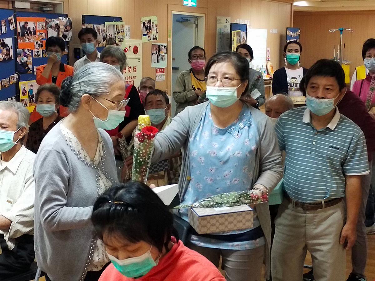 王小姐(左二)與表示母親雖病痛不斷,但據點有醫院協助,都能照顧得很好。