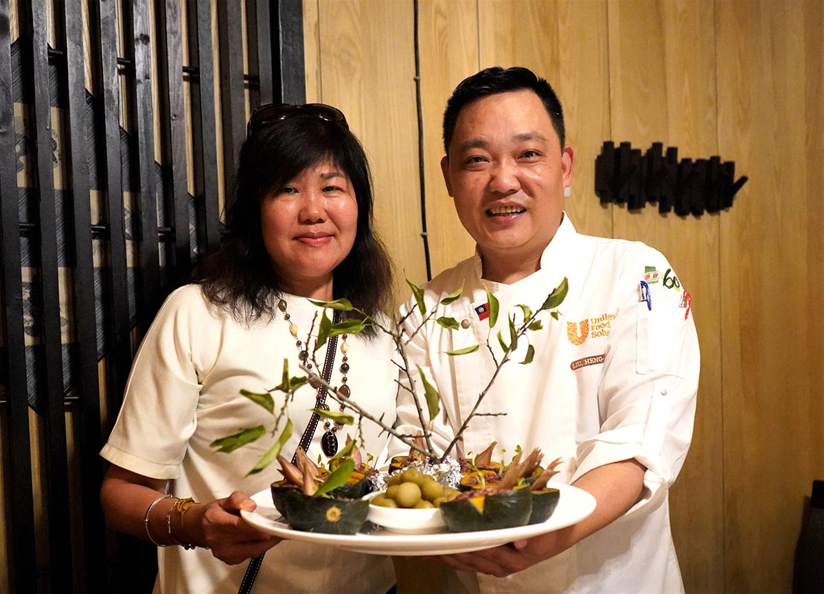 《牛耳雕之森》樹屋餐廳-劉恒宏(阿宏師)右。