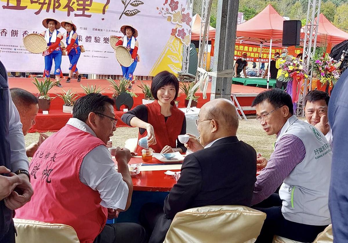 行政院長蘇貞昌在大會安排下,坐在日月潭茶文化推廣協會的茶席中,品茗茶藝師沖泡此次日月潭紅茶評鑑頭等獎的台茶十八號(紅玉)、台茶廿一號(紅韻)兩種紅茶