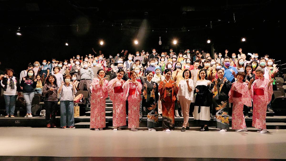 國際知名的西川淑敏老師帶領「壹元書院」學員及台體大學生舞開序幕