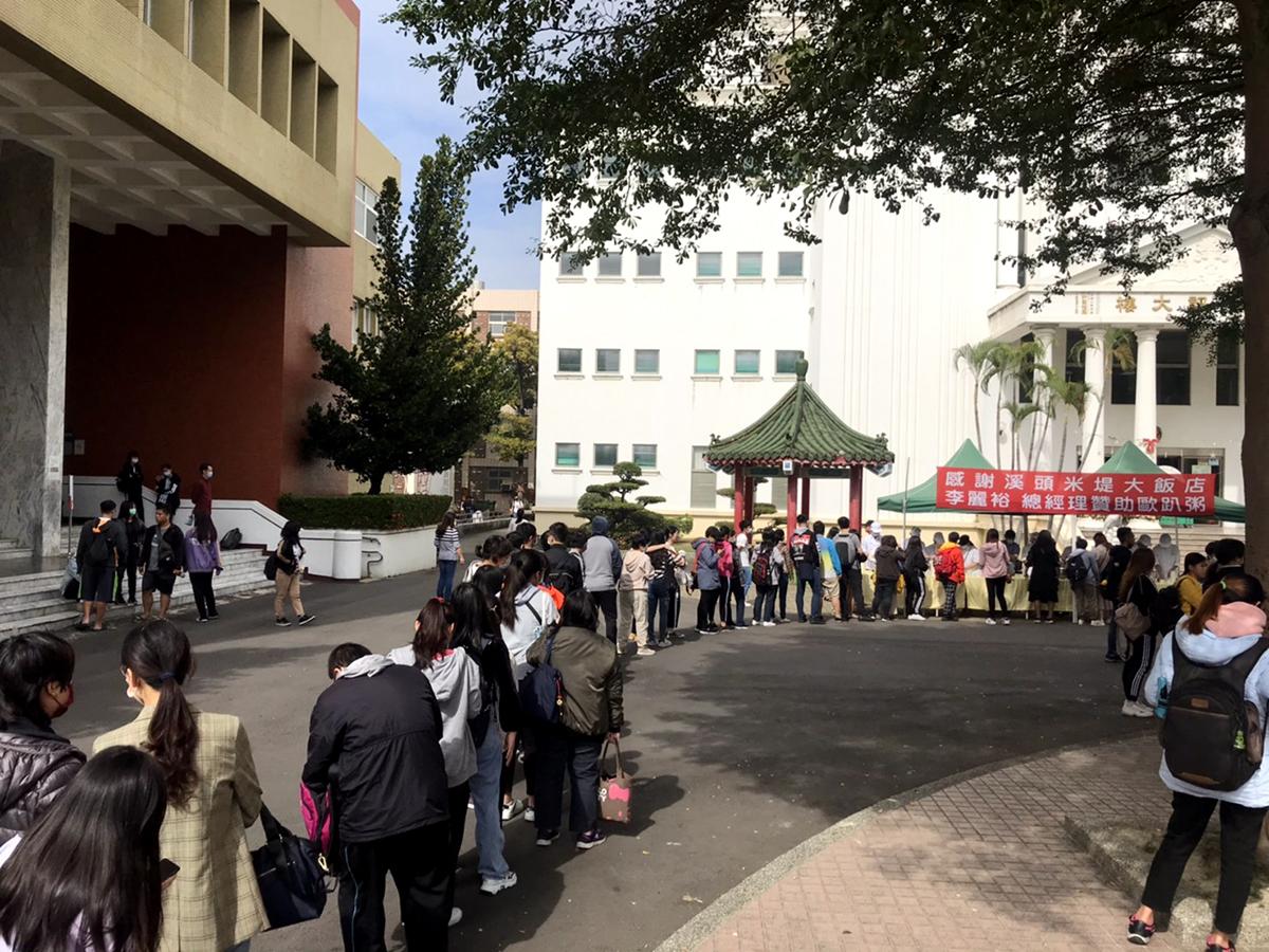 米堤大飯店總經理李麗裕熱心贊助東方辦理歐趴週(粥),提供全校學生午餐