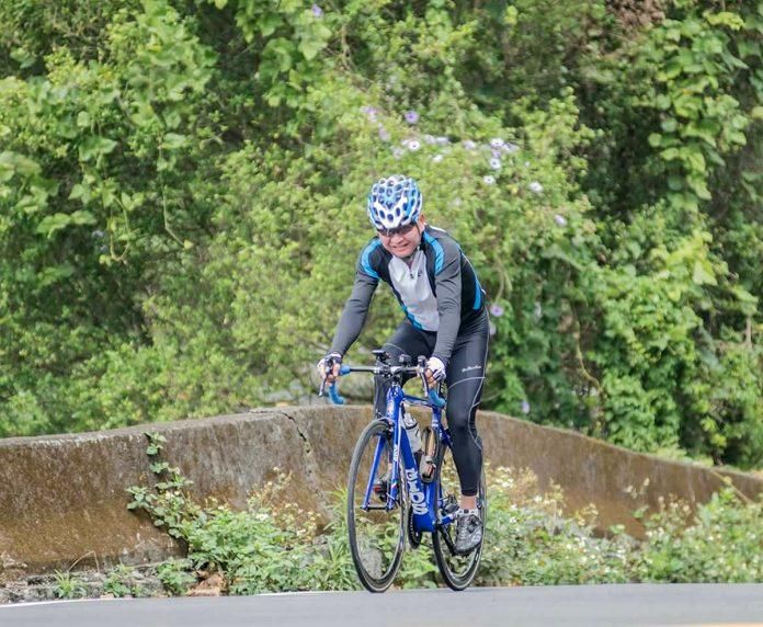 單車運動健將郭先生挑戰自我卻長期睡眠不足。(郭先生提供)