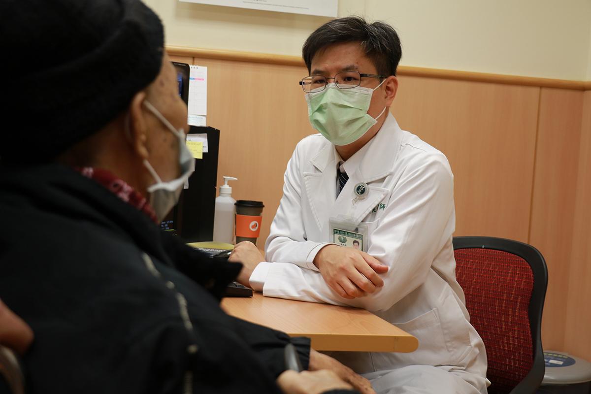 胃癌病人術後回診,余政展主任仔細追蹤檢查報告
