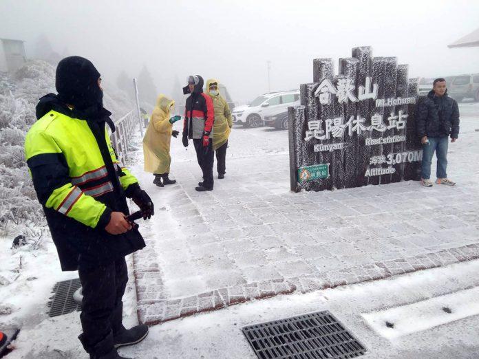 連日來受到大陸冷氣團的影響,向來最熱開的追雪地合歡山下冰霰,一直到目前為止積雪厚達10公分