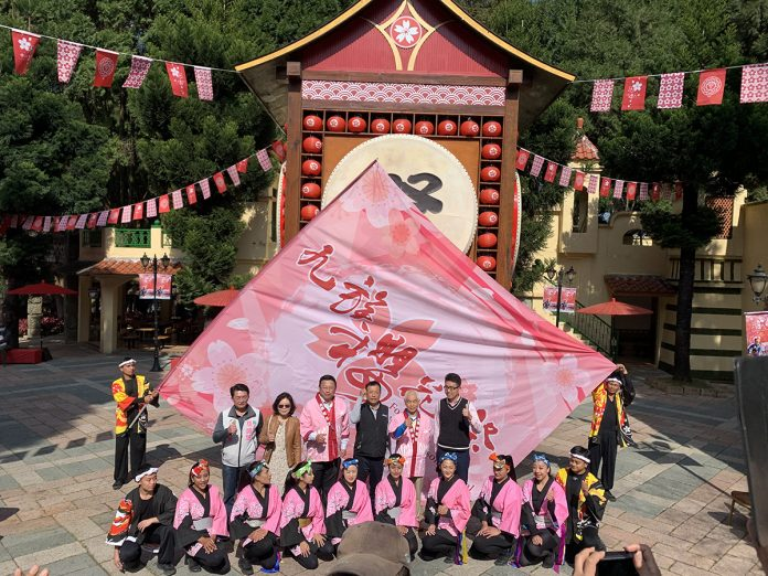 九族櫻花祭30日在九族文化村以太鼓震春系列的表演為活動起手式授旗