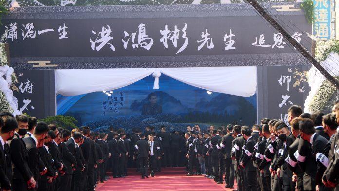 嘉義地方聞人綽號「鴻彬」洪鴻彬去年12月15日驟逝16日追思會,現場湧入數千黑衣人送行