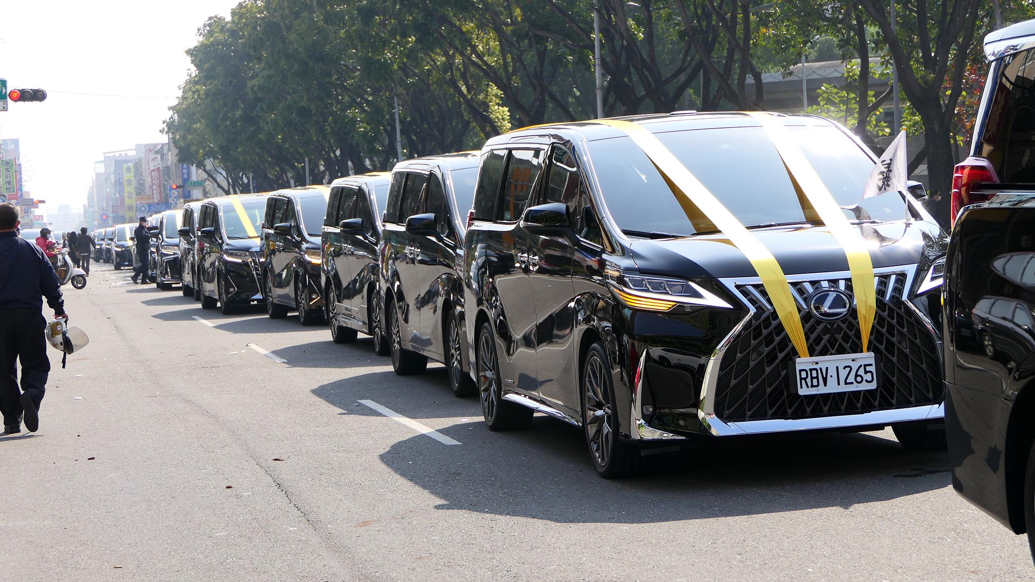 出殯時300輛Toyota Alphardel 高級MPV,綿延數公里,盛況空前。