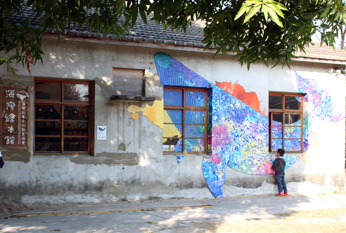臺中市海灣故事文化創意協會成立「海灣繪本館」為臺中海線地區的兒童耕植一片故事苗圃。圖為盧政憲在繪本館創作的《飛行海灣的歌聲》成為打卡熱點 (2)