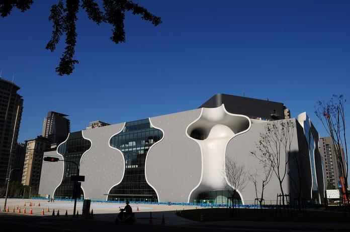 臺中國家歌劇院迅速調整劇場展演與生活共融的互動,2020年中期積極佈局,打造直覺式的線上劇場體驗與互動平台。
