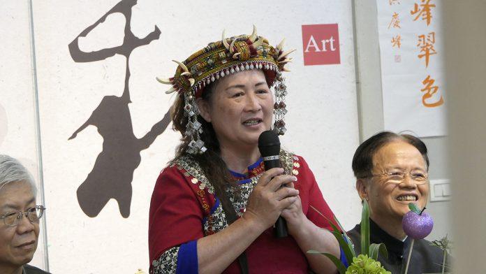 原住民排灣族的陶藝家賴秀蓁老師,擅長宋瓷透光如蟬翼的開片,柴燒自然落灰的流暢