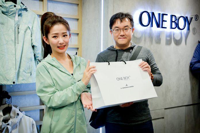 郭書瑤現身ONE BOY新光三越台北站前店擔任一日店長,吸引大批粉絲共襄盛舉。
