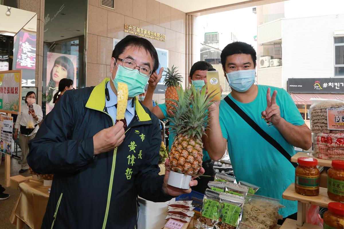 市長向民眾推廣旺來餐及鳳梨及相關產品
