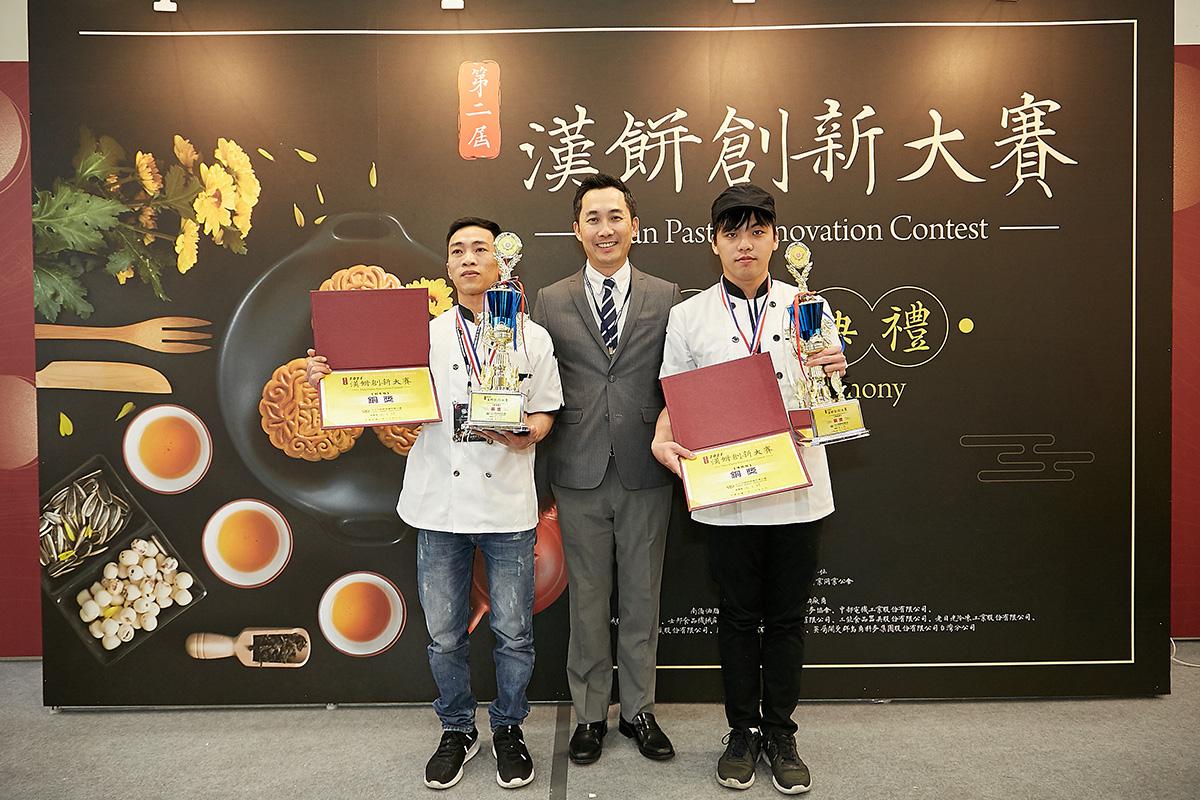第二屆漢餅創新大賽銅獎得主:傳統組陳旭昇-丹蜜爾蛋糕(右)創新組賈文凱-查理布朗烘焙(左)