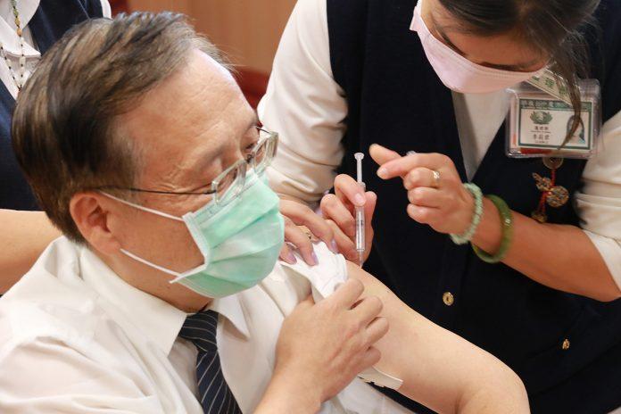 臺中慈濟醫院院長簡守信24日下午視察檢閱疫苗施打動線與流程,並率先施打疫苗親身驗證疫苗安全性,讓同仁們安心。