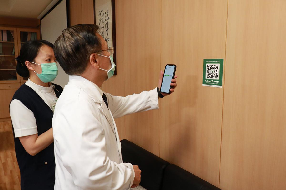施打完疫苗,感染管制中心護理長何佳佳協助簡院長掃描QR Code登錄疾管家V-WATCH。
