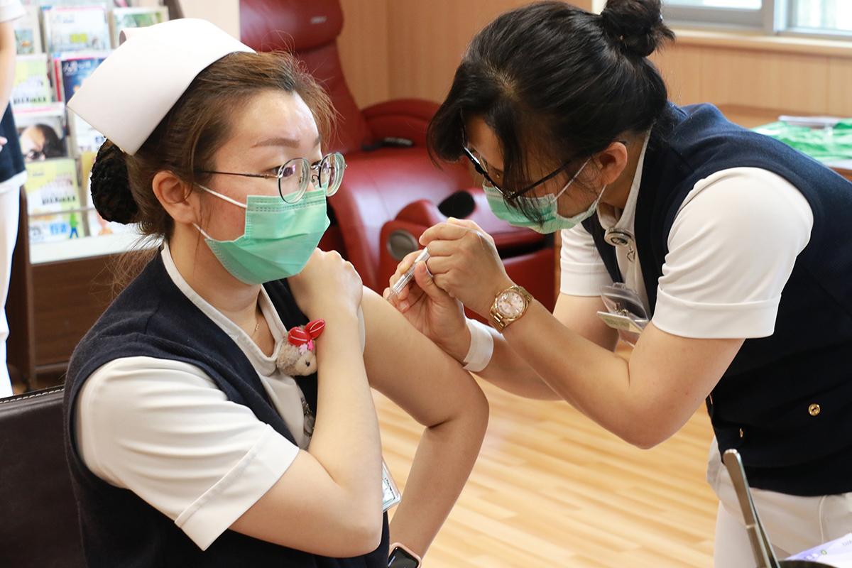 COVID-19專責病房的小組長袁俞婷要先保護好自己才能保護病人,所以他和家人討論後,決定來打疫苗。