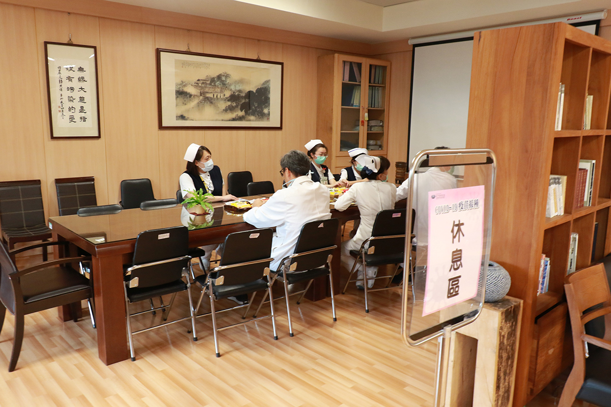 臺中慈濟醫院也依照衛生主管機關建議設置休息區,讓施打完疫苗的醫護同仁能停留休息30分鐘觀察身體反應。