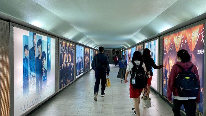 台南火車站地下道-五月天燈箱廣告