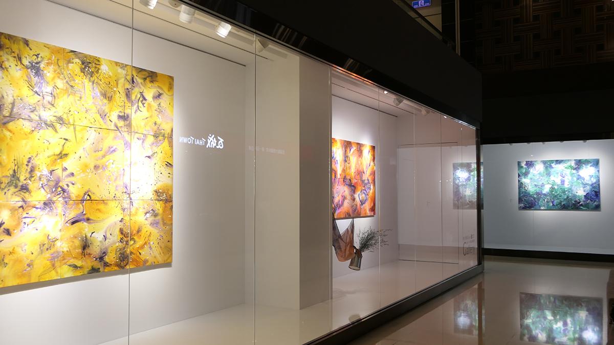 中友百貨時尚藝廊即日起展出國內抽象畫大師紀向的「意念藝術創作展」