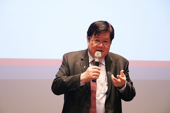 中國醫藥大學校長洪明奇院士獲邀擔任首場講座學者,他掌握社會關注的議題發表「亂世出英雄--從抗癌到抗新冠病毒」演講。
